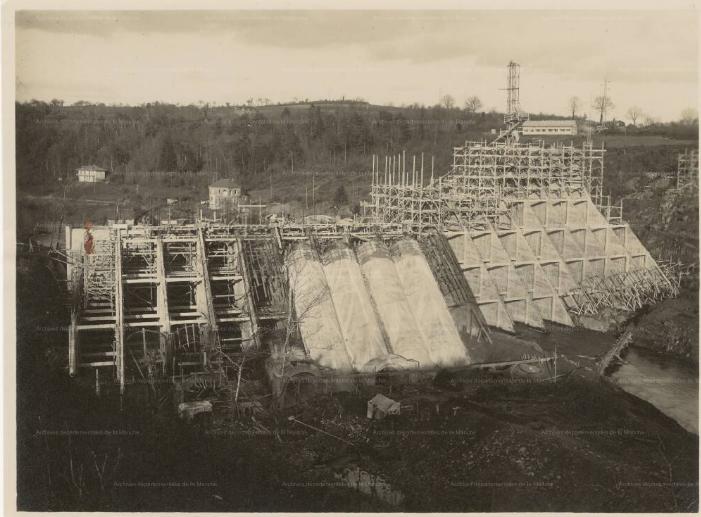 Vue générale en aval du barrage la construction des contreforts de la centrale et de l'usine_01021931